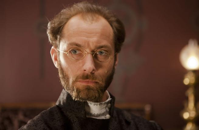 Jude Law no papel de Alexei Karenin, o marido