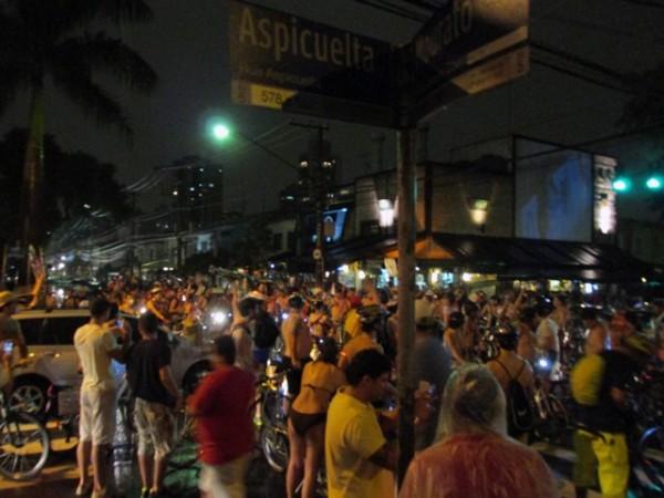 As ruas da Vila Madalena ficaram tomadas pelos ciclistas