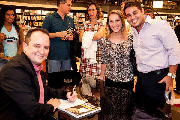 Leo Bello no lançamento do livro