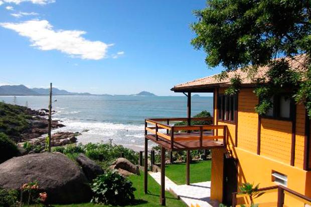Barra-Beach-Club-Oceanfront-Hostel-el-hombre