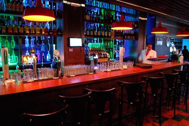 Os 16 melhores pubs de s o paulo el hombre for Modelos de bares rusticos para casas