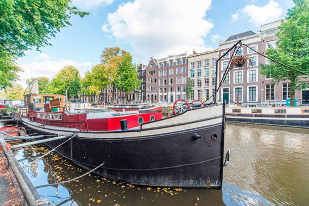barco-amsterdan-airbnb-el-hombre