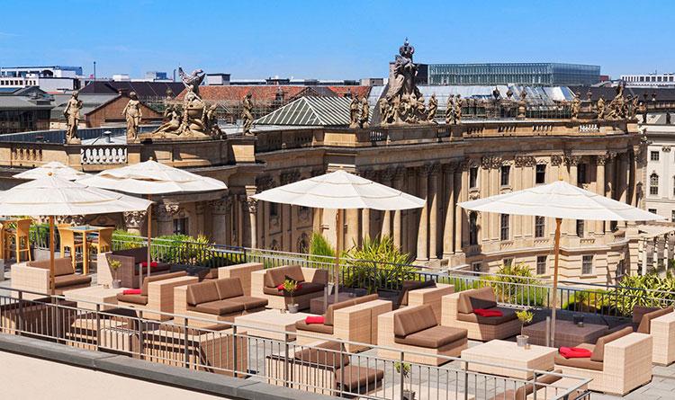 Hotel-de-Rome-Roof-Terrace-el-hombre