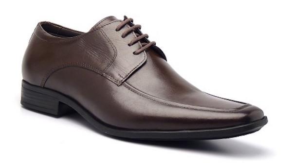 9e7ba1d665 Tem cadarço e os furos que ficam numa aba costurada no corpo do sapato.
