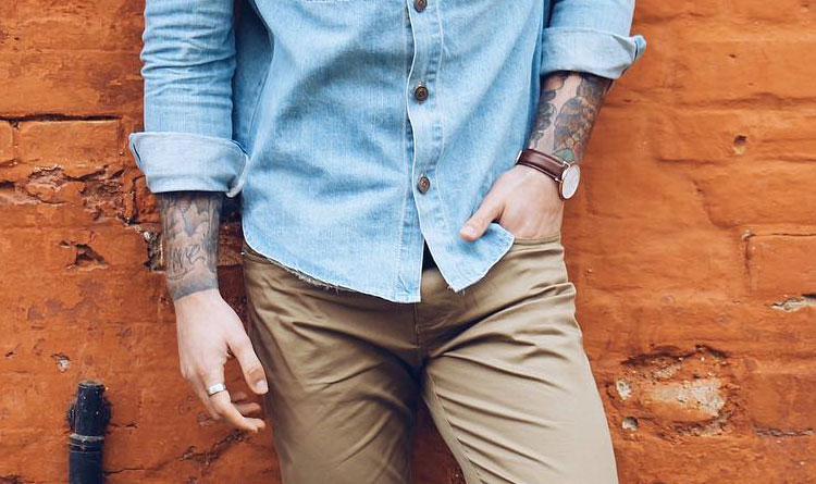 camisa fora da calça