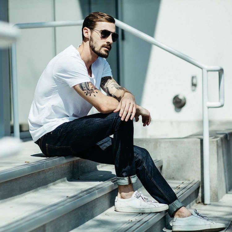 camiseta branca jeans azul