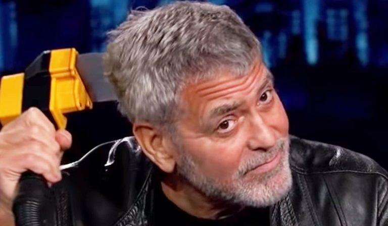 George Clooney corta o cabelo com flowbee