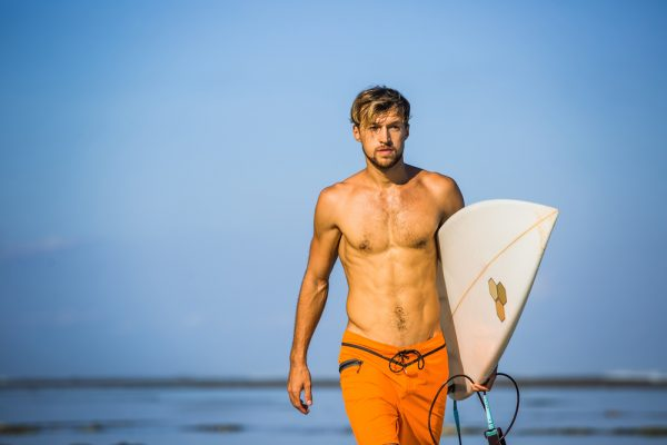 homem surfista